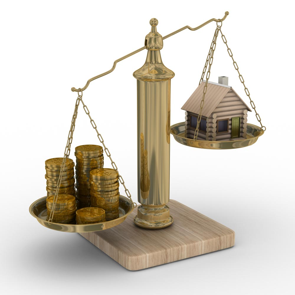 Waage mit Münzen und Haus